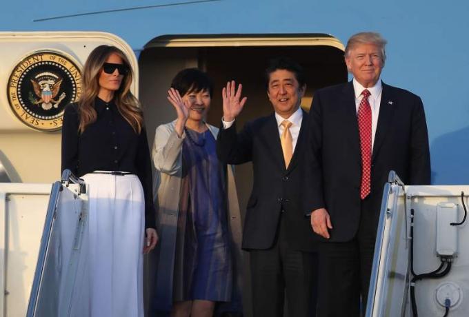 Chiều 10/2, vợ chồng Tổng thống Donald Trump và vợ chồng Thủ tướng Nhật Bản Shinzo Abe bay đến biệt thự nghỉ dưỡng ở Palm Beach, Floridasau khi hai nhà lãnh đạo gặp thượng đỉnh. (Ảnh: Getty)