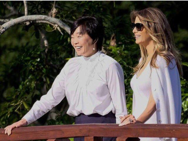 """Chia sẻ bức ảnh chụp cùng bà Aike Abe trên trang Twitter cá nhân, đệ nhất phu nhân Mỹ viết: """"Cảm ơn bảo tàng Morikami vì bài thuyết trình đầy cảm hứng của các bạn về các khu vườn, đời sống và văn hóa linh thiêng của Nhật Bản"""