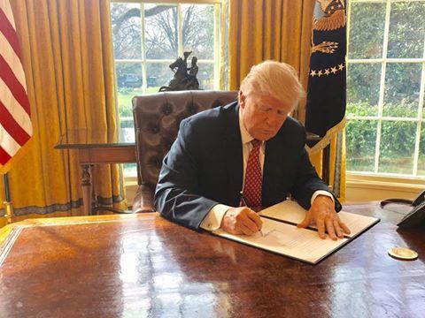 Tổng thống Mỹ Donald Trump ký thông qua sắc lệnh cấm nhập cư mới. (Ảnh: White House)