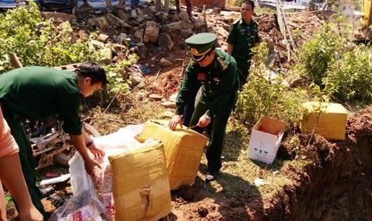 Đồn Biên phòng CKQT Lao Bảo tiêu hủy 400kg thịt gân gà thối.