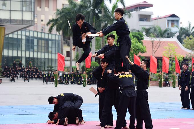 Màn biểu diễn võ thuật cảnh sát đặc nhiệm với các kỹ thuật kẹp cổ trấn áp đối tượng, bay người đạp vỡ mục tiêu.