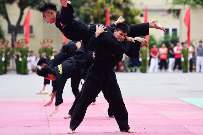 Cùng với bắn súng ứng dụng, võ thuật là nội dung quan trọng của chương trình đào tạo khoa Cảnh sát vũ trang, Học viện Cảnh sát nhân dân.