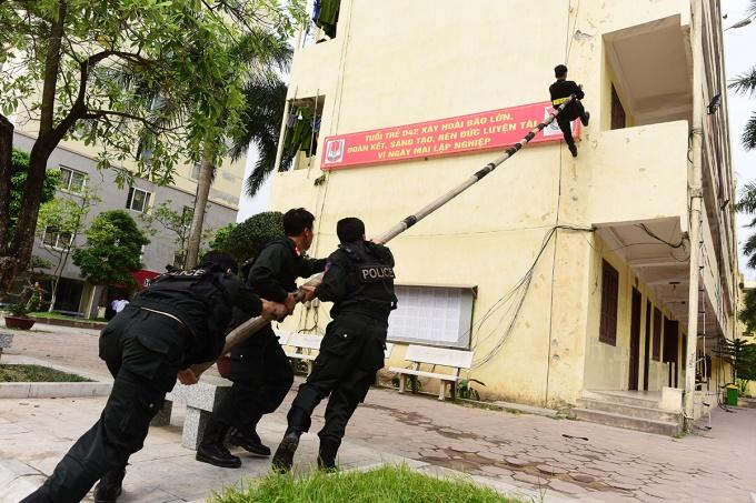 Sinh viên diễn tập leo tường bằng sào tre để giải cứu con tin, phòng chống khủng bố.