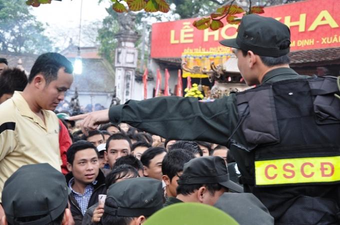 Lực lượng chức năng được huy động 100% nhằm đảm bào tình hình an ninh trật tự, an toàn tại lễ hội đền Trần 2016.
