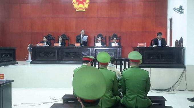 Đại diện HĐXX TAND tỉnh Quảng Ninh tuyên án.