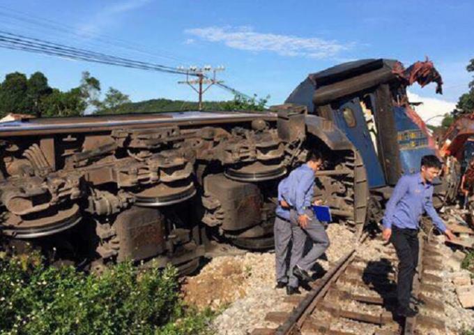 Vụ tai nạn đã khiến cho ba toa tàu bị lật khỏi đường ray.