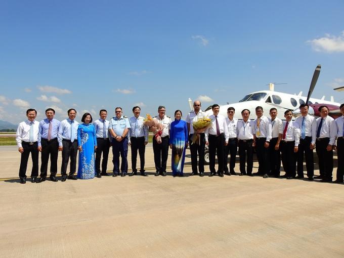 Đoàn lãnh đạo tỉnh Quảng Ninh cùng phi hành đoàn chụp ảnh lưu niệm trong sự kiện quan trọng.