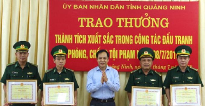 Lãnh đạo tỉnh Quảng Ninh trao Bằng khen cho các cá nhân có thành tích xuất sắc.