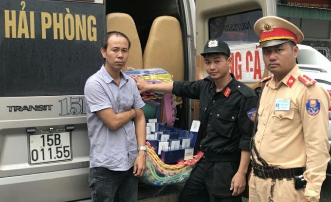 Đội Tuần tra kiểm soát giao thông số 3 bàn giao đối tượng, tang vật cho Công an huyện Tiên Yên.