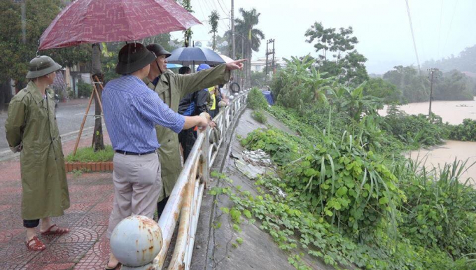 Lãnh đạo địa phương chỉ đạo công tác phòng chống mưa lũ và di với người dân đến nơi an toàn.