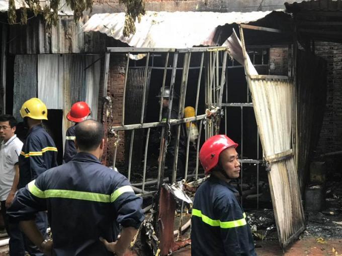 Lực lượng cứu hỏa đã nhanh chóng có mặt tại hiện trường khống chế dập tắt ngọn lửa.