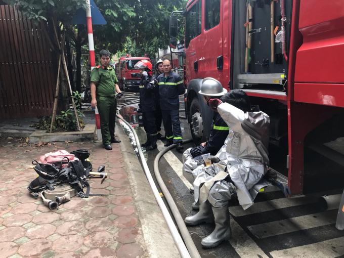 Cảnh sát đã phải sử dụng bình khí, mặt nạ chống độc để có thể tiếp cận sâu vào khu vực bên trong hiện trường.