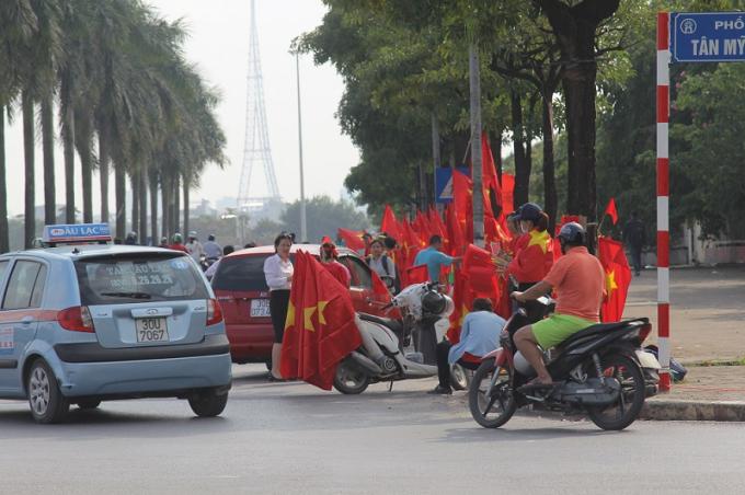 Không khí sôi động, mua bán các vật dụng cổ vũ cho đội tuyển Việt Nam.