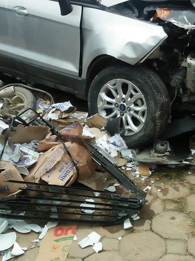Chiếc xe gây tai nạn chỉ dừng lại khi đâm hàng loạt xe máy bên đường.