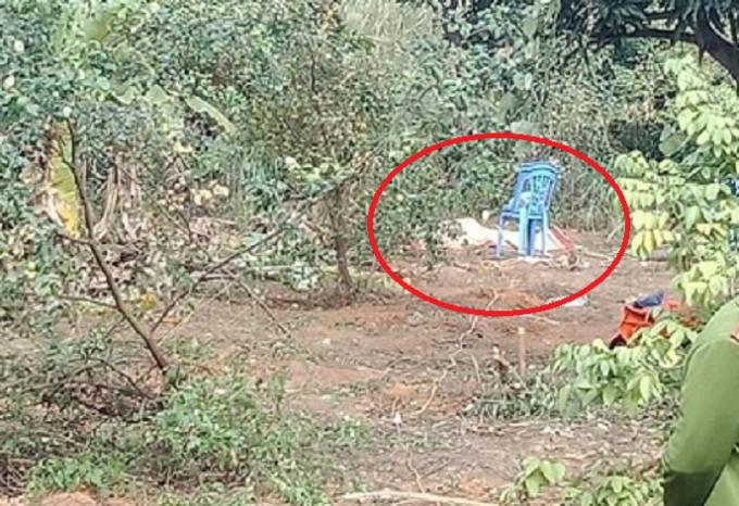 Hiện trường nơi phát hiện thu thể người đàn ông tử vong, bên cạnh có hàng chục kg pháo (khoanh đỏ nơi phát hiện thi thể nạn nhân).