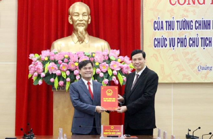 Đồng chí Nguyễn Đức Long - Phó Bí thư Tỉnh ủy, Chủ tịch UBND tỉnh Quảng Ninh trao Quyết định của Thủ tướng Chính phủ cho đồng chí Bùi Văn Khắng (Ảnh Cục Hải quan Quảng Ninh).