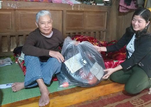 Lãnh đạo xã Xuân Long (Yên Bình, Yên Bái) chúc tết gia đình chính sách, hộ nghèo trên địa bàn xã. Ảnh: TH.