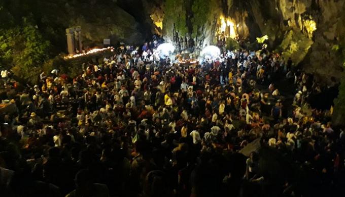 Hàng nghìn người có mặt tại động Hương Tích vào rạng sáng nay 10/2.