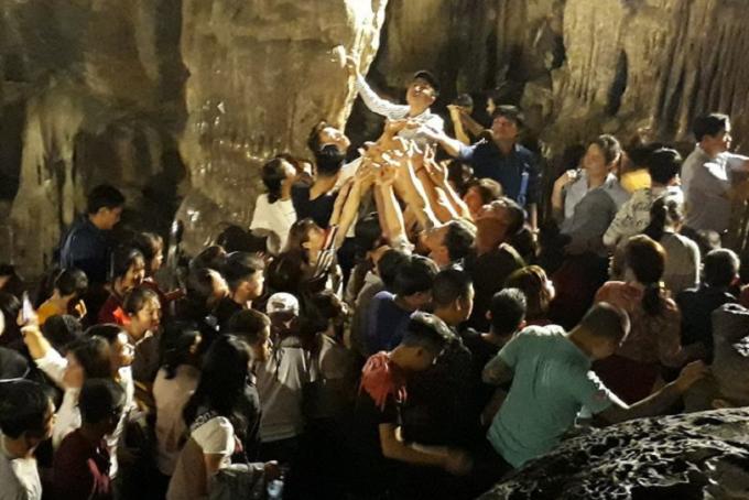 Dòng người chen chúc hứng nước tại động Hương Tích.
