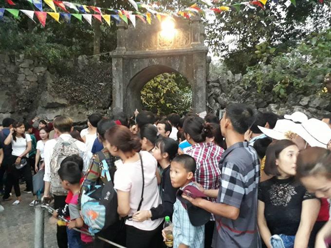 Đoàn người xếp hàng dày đặc du xuân trẩy hội tại chùa Hương.