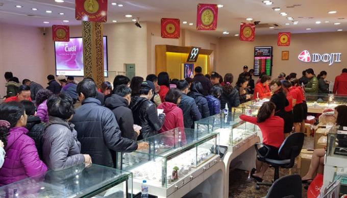 Người dân xếp hàng mua vàng nhân ngày