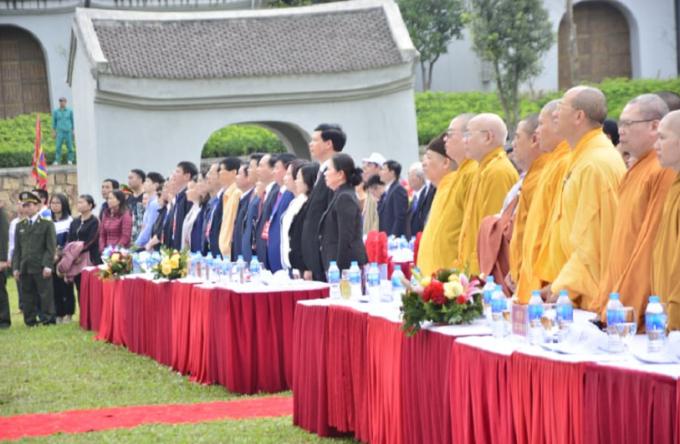 Đoàn đại biểu tham dự buổi Lễ khai hội làm nghi thức chào cờ.