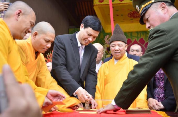 Lãnh đạo UBND tỉnh Quảng Ninh đóng dấu khai Ấn Yên Tử 2019.