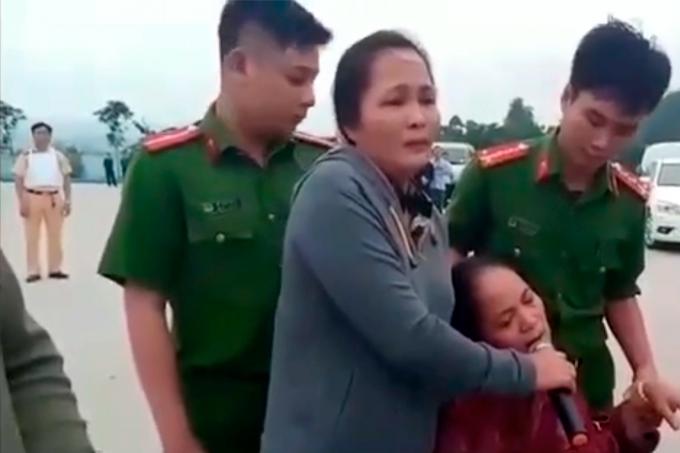 Người thân của một đối tượng được huy động đến hiện trượng kêu gọi nhóm đối tượng ra trình diện lực lượng chức năng (ảnh Vietnamnet).