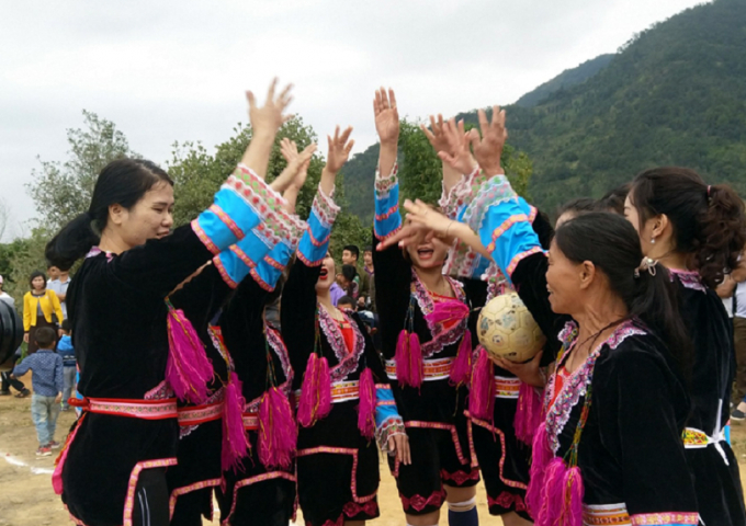 Các nữ cầu thủ thể hiện quyết tâm trước trận đấu.
