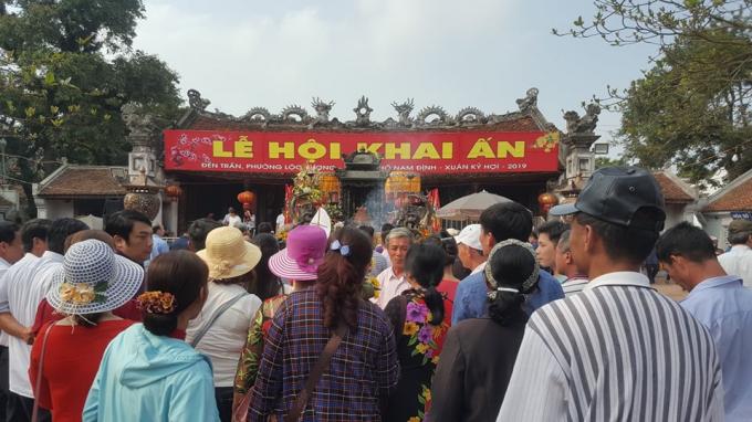 Nhiều người đổ về Đền Trần trước giờ khai Ấn.