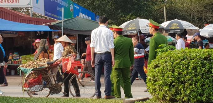 Lực lượng chức năng xử lý một trường hợp bán hàng rong.