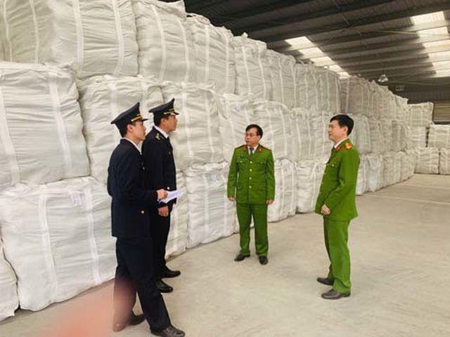 Lực lượng chức năng đang kiểm tra số xi măng giả nhãn mác, bao bì xi măng Long Sơn.