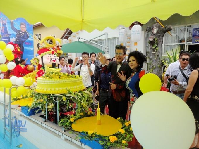 Nghệ sĩ Thanh Bạch bên bà Thúy Nga Paris trong ngày sinh nhật của mình tại khu biệt thự vườn ở Long Thành, Đồng Nai.