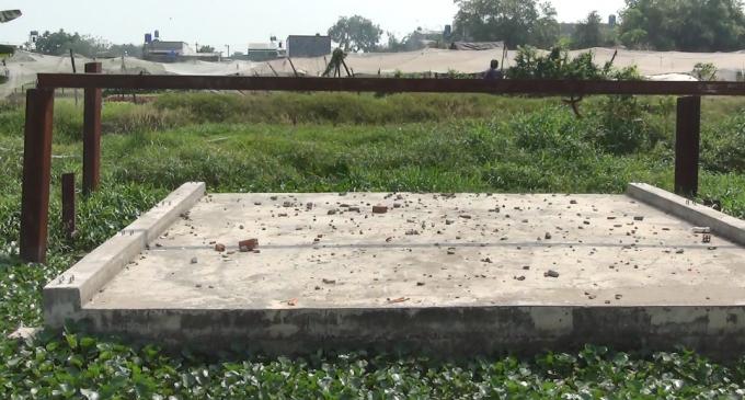 Cống hộp nối vào khu đất trống, có thông tin cho rằng khu đất này thuộc quyền sở hữu của một số chủ lớn đang cho thuê lại để trồng rau.