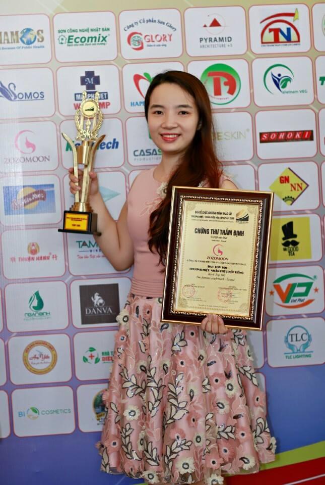 Bà Hồng Thương đại diện thương hiệu mỹ phẩm Zozomoon nhận danh hiệu thương hiệu, nhãn hiệu nổi tiếng năm 2017.