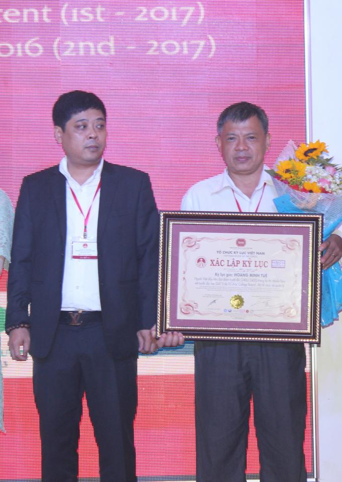 Ông Hoàng Minh Thảo- cha Hoàng Minh Tuệ nhận danh hiệu thay con.
