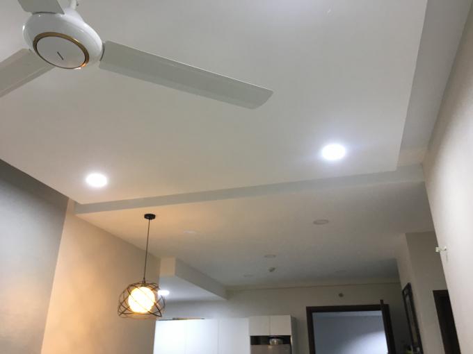 Theo phản ánh, trần nhà không có thiết bị cách âm