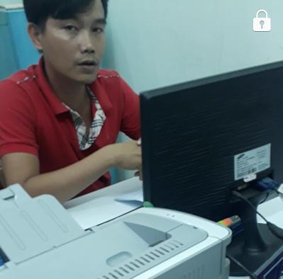 Người đàn ông xưng tên Vũ mặc thường phục trong lúc làm việc, có từ chối tiếp báo chí.