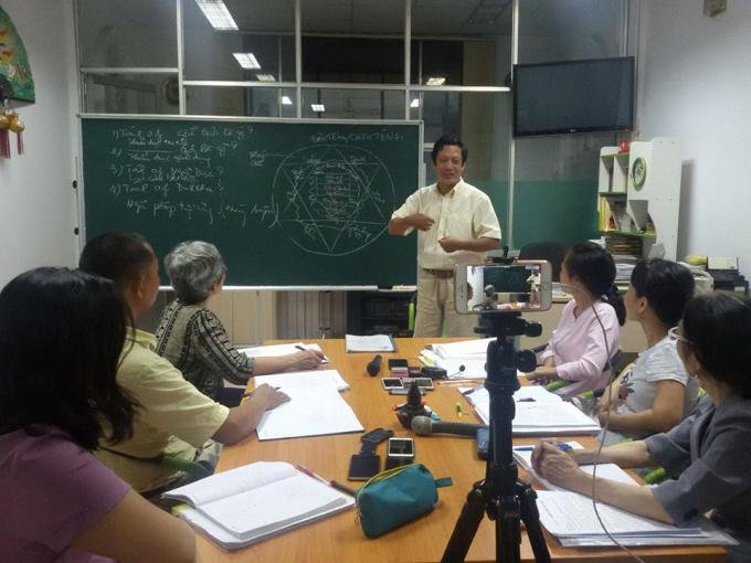 Thầy Hải trong một buổi chia sẻ với các học viên.