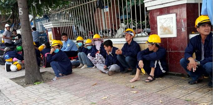Bảo vệ và công nhân Coteccons vẫn ngày đêm túc trực bên ngoài dự án