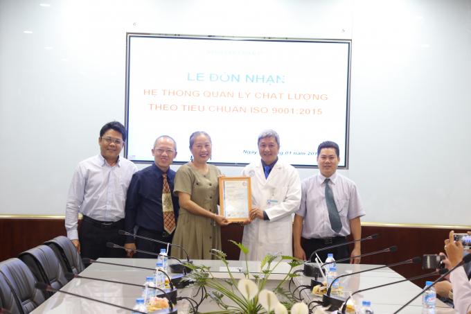 Đại diện Bệnh viện Chợ Rẫy đón nhậnISO 9001:2015 cho 9 khoa, phòng.
