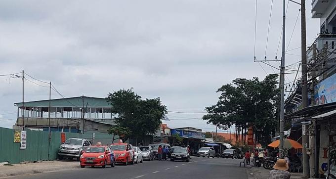 Dù đã bị chính quyền địa phươngxử phạt nhiều lầncũng như yêu cầu cưỡng chế tháo dỡ chấm dứt hoạt động thế nhưng các nhà hàng trên đoạn đường Trần Phú vẫn luôn tấp nập khách qua lại.