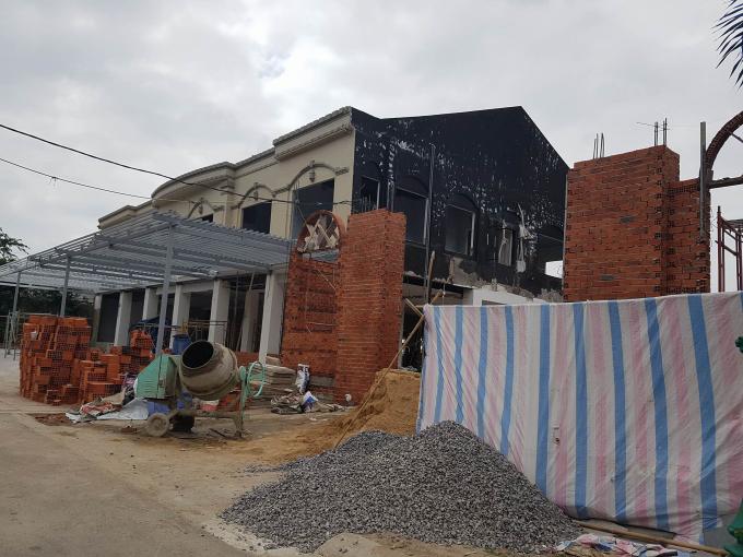 Một công trình đang xây dựng sát bờ biển trên đườngTrần Phú, TP Vũng Tàu.