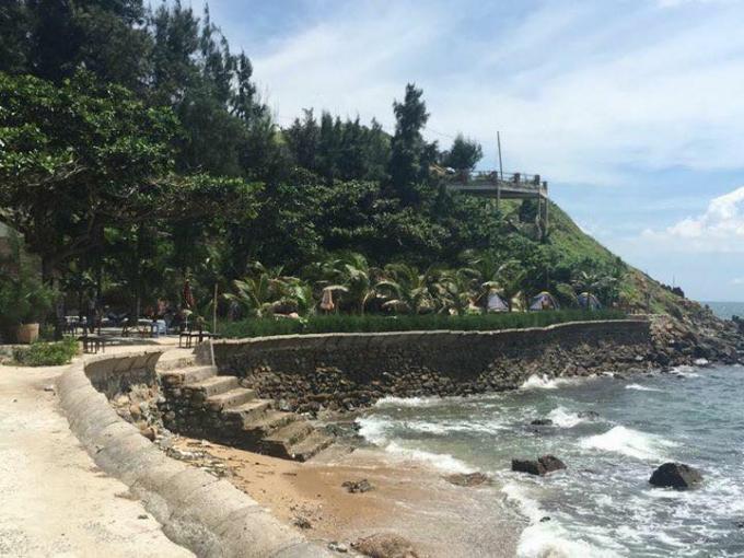 Một đoàn bờ biển đường Hạ Long, TP Vũng Tàu được trưng dụng làm nhà hàng ăn uống.