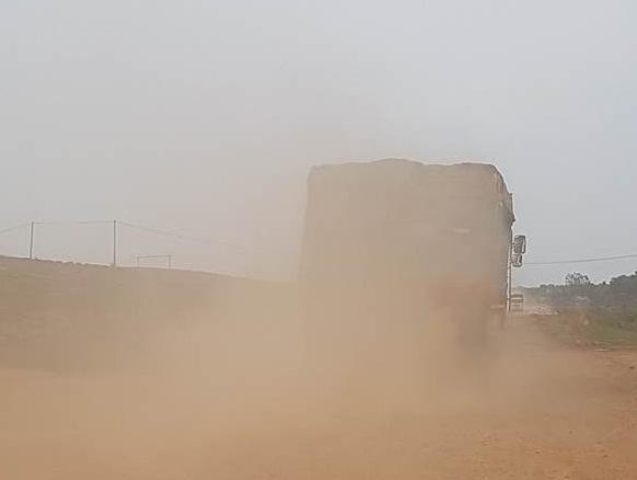 Xe tải chở cát hoạt động trên đường ĐT 781 ven hồ Dâu Tiếng.