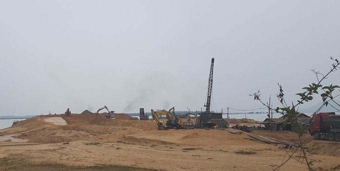 Công trường khai thác cát hoạt động trong lòng hồ Dầu Tiếng tỉnh Tây Ninh.