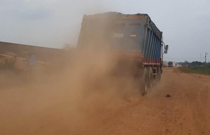 Xe chở cát hoành hành cày nát các tuyến đường quanh hồ Dầu Tiếng.
