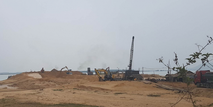 Hoạt động khai thác cát tại lòng hồ Dầu Tiếng đang diễn ra rầm rộ bất chấp những hệ lụy mạng lại.
