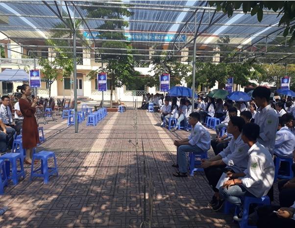 Bà Nguyễn Cát Tiểu Giang (áo nâu bên trái) trả lời câu hỏi thắc mắc của học sinh về Chương trình đào tạo của Nguyên Phát.