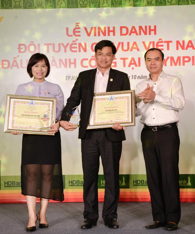 Ông Nguyễn Đồng Tiến - Chủ tịch Liên đoàn Cờ Việt Nam trao bằng khen và Kỷ niệm chương cho các Đơn vị Tài trợ.